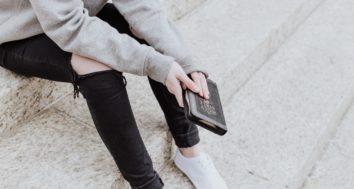 Adolescente lisant la Bible