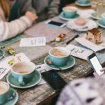 Jeunes autour d'un café