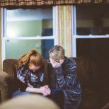 Deux femmes prient